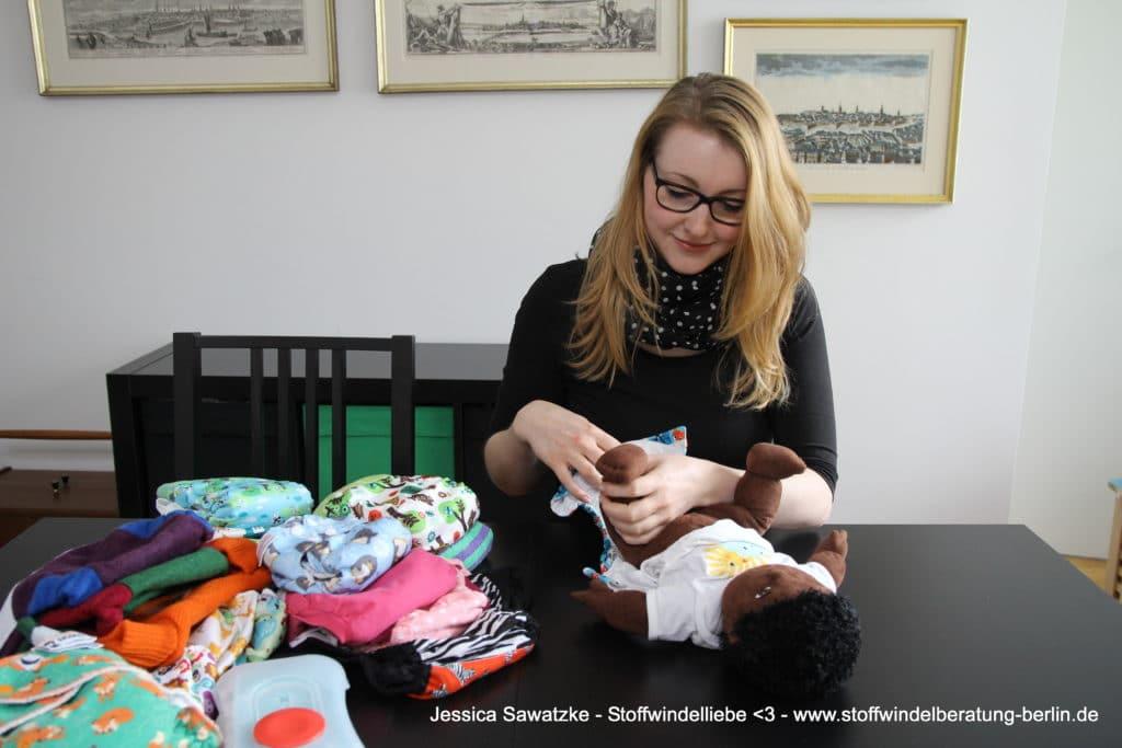 Jessica Sawatzke von Stoffwindelliebe - Stoffwindelberatung Berlin zeigt, wie man eine AIO anlegt.